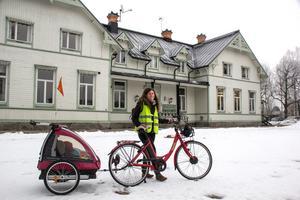 Ylva Lundkvist Fridh är en av alla föräldrar som gärna vill att Stjärnsunds skola öppnas. I vagnen sover lille Bruno som kanske kan bli elev framåt 2023 sisådär. Om nu skolan öppnas.