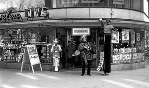 Skoj. En jättelång clown fångad av Örebro Kurirens fotograf i maj 1965.