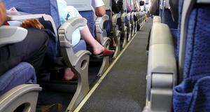 Många flybolag sparar in några extra centimeter på passagerarnas benutrymme.