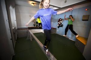 BALANS. Wilma Sjöberg springer lätt över bommen i en av cellerna på Alborgen. Till sin hjälp har hon kompisarna Johanna Säll, Josefine Johansson, Tilda Sjöberg, Sandra Säll och Madeleine Johansson.