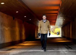 Planarkitekten Claes Rogander i gångtunneln under Köpmangatan. I samband med att vägen byggs om kommer de att försvinna.