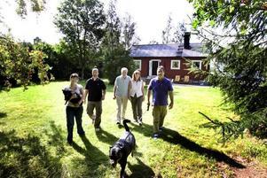 FAMILJEN SAMLAD. Familjen Bressan njuter av varje tillfälle de får vid huset i Robertsholm. Frv. Elena, Massimo Tonello, Ido Poloni, Maria-Rosa och Claudio Bressan.