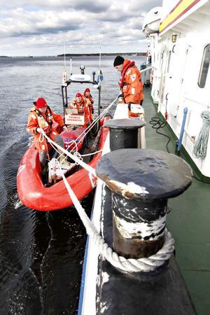 Måste bli rätt. Nyligen hände en olycka i Norge där en patient föll i sjön när han skulle flyttas från sin båt till räddningsbåten.