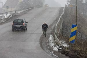 Vill öppna bron igen. Bengt-Erik Malmberg är en som drabbas av att bron vid Bro kvarn är avstängd. Han, och många skolungdomar, får i stället gå på stora vägen, med smal vägren och farlig trafik, när de ska till busshållsplatsen.