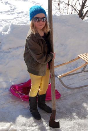 Lena Lowemark, 7 år i Kläppa hjälpte våren på traven genom att hacka bort en massa is. Foto: Emma Jonsson