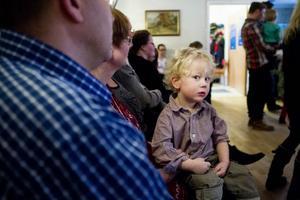 Vilgot Sääf, 2,5 år njöt av dansen från sidan.