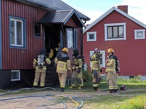 Räddningstjänsten har gått in med två rökdykargrupper.