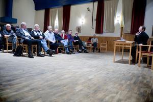 30-talet fiskerättsägare deltog i mötet som leddes av ordföranden Bengt Rönning. En majoritet beslutade att förbjuda kräftfiske nästa år – för både allmänhet och fiskerättsägare.