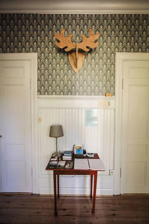 I entrén välkomnas man av ett älghorn i trä tillverkat i Holland.