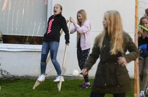 Linnea Lindqvist och Maya Nilsson testar styltor