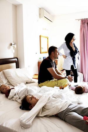 Maria Westin och Hozan Jahour hjälpte flera barnfamiljer som satt i hamnen på Samos med boende över natten. Rummen räckte till sex familjer så de med små barn fick gå först. Razan, 3 år, och Hazen, 15 månader, sov gott när de fick komma in på hotellrummet.