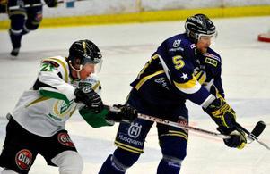 Jörgen Jönsson hålls fast av HV:s Mikko Luoma. Men det var Färjestad som kopplade greppet i SM-finalserien. Karlstadlaget leder med 2–1 i matcher.