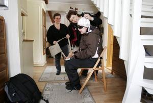 Personliga assistenten Carina Larsson och mamma Ann-Sofie Nordin hjälper Matilda Andersson att göra sig klar för skolan.