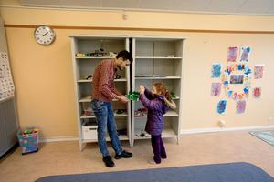 Zarrah vill visa pappa allt på skolan, här lego som hon byggt, Uppföljning om syrisk familj i väntan på asyl, Gärdshyttan