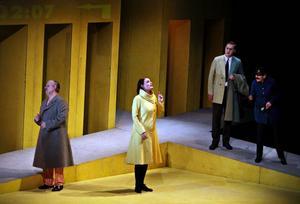 På väg mot ett annat liv. Monica Wilderoths Harriet, i gul kappa, har rymt från nervhemmet och väntar på tåget till havet. Ordningsmakten är på jakt efter okontrollerat liv och det gäller att hålla sig lugn, som mannen i randig pyjamas gör.