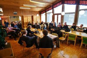 Det var många Kaxåsbor som hade letat sig till bygdegården i lördagsförmiddag. De flesta var markägare som också skrivit på ett avtal med vindkraftbolaget.