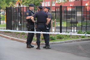 Polisen knackade under kvällen dörr för att samla in uppgifter kring händelsen.