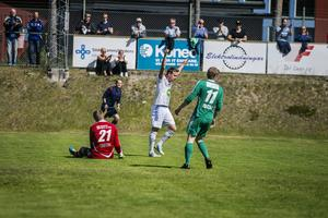 Simon Åberg firar efter att ha rullat in 1-0.