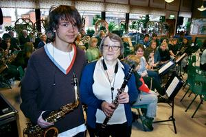 Samuel Eklund, altasaxofon, och mormor Lillemor Ohlsson, klarinett, spelar i samma orkester.
