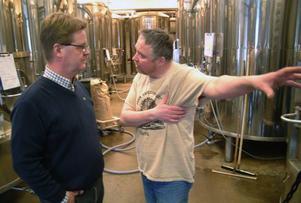 Jämtlands bryggeris marknadsansvarige Peter Dahlström och bryggarmästaren David Jones ser fram emot att om en månad lansera ett folköl för länets dagligvarubutiker. Foto: Ingvar Ericsson
