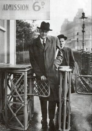 Olof Palme hamnade tidigt  i politikens centrum, här som sekreterare till Tage Erlander under en resa till England i början av 1950-talet.
