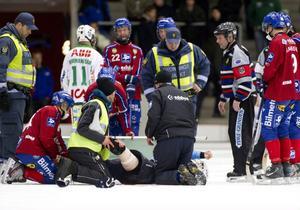 Henrik Karlström åkte på en otäck skada då ena benet fick ett rejält jack och han fördes direkt till Västerås sjukhus där han opererades under onsdagskvällen.