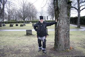 """""""Kan jag stå så här? Så påminner det om postern till Black Sabbaths platta Master of Reality, säger Kenneth Jakobsson och skrattar."""