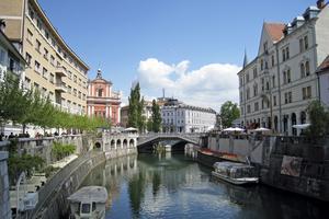 Floden Ljubljanica delar Ljubljana i två delar.