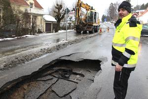 Kommunens ledningsnät är slitet på många ställen, säger Fredrik Gille, och berättar att det var en skadad gjutjärnsledning som orsakade den svåra skadan på Högbergsgatan.