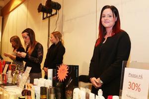 Malin Svensson stylade modellhår och fanns med på mässan med sin hår och makeupsalong.