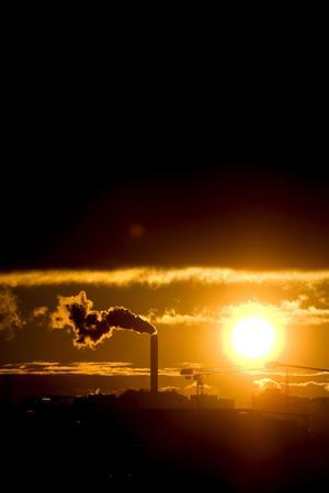 Framtidens energiproduktion. Priset på utsläppsrätter och skatt kommer att höjas på kol, olja och torv innebärande att kostnaderna för biobränslen, solenergi, annan förnyelsebar energi och kärnkraft kommer att framstå som fördelaktigare av både miljö- och ekonomiskäl, skriver Karl-Erik Andersson.