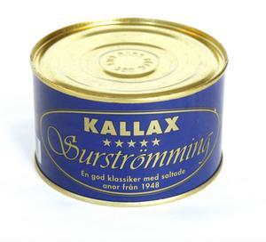 I Ronneby möttes Jimmie Åkesson av surströmmingslukt och en flygande pizzaslice. Så länge någon inte kastar födan på partiledaren bör det vara lagliga demonstrationsformer, enligt polisinsatschefen.