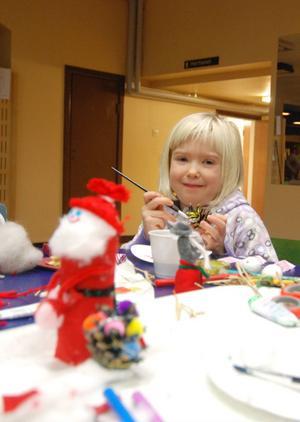 Matilda Lindström, 6 år, målar en kotte i vackra färger.