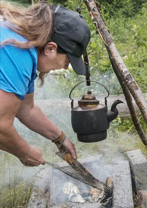 Med jämna mellanrum vänder Ingela på fisken.
