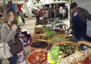 Söndagsmarknaden är en fröjd för både smaklökar och plånbok. Allra mest prisvärt är de stora fina blomsterbuketterna.   Foto: Johan Öberg