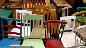 Chansen är stor att fynda gamla möbler på sommarauktioner. Anne Lundberg köper gärna trädgårdsmöbler.