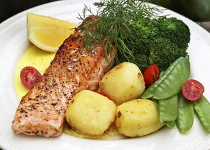 Pepparkryddad lax med krämig senapssås och smörslungade potatisar är mat med norska rötter.    Foto: Dan Strandqvist