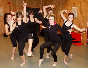 Häxdans. De sex tjejerna på S:t Mikaelskolan som dansar i Ett satans spektakel, Ronja Jansson, Maria Gunnars, Mimmie Öhrn, Hanna Romelin, Victoria  Rytter Andersson och Anna Helander.