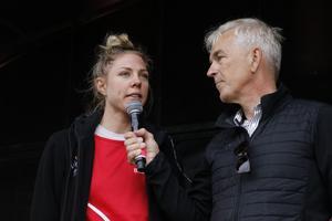 Emilia Fahlin intervjuas på scenen inför Blodomloppet av Eurosports expertkommentator Anders Adamsson.