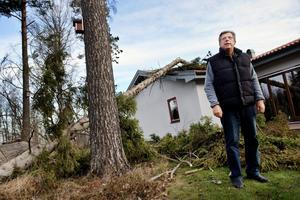 Stormen Dagmar vällte trädet rakt över Lennart Ekströms hus i Ekeby-Almby.