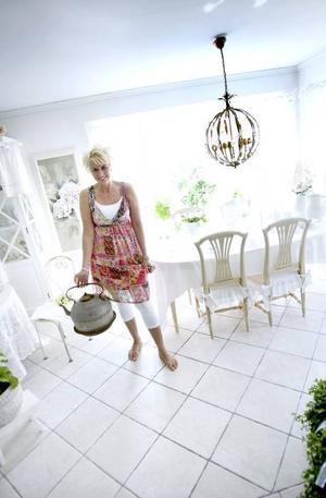 """HARMONI. """"Jag blir harmonisk av vitt"""", säger Helen Westin, och ratar den gamla aluminiumkannan till förmån för årets garage-uppfart-loppis hemma i Jonstorp.  Foto: Jenny Lundberg"""