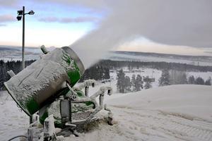 Tre-fyra nya tysta snökanoner skulle förbättra ljudnivåerna för dem som bor nära Södra bergets slalombacke, men slalomklubben saknar dessa pengar i dagsläget.