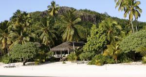 Här bor man skyddat i en privat villa på stranden, vid Cooköarna.