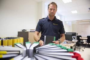 Hans Björner i länskriminalpolisens PUG-rum. I rummet samordnas insatserna då ett grövre brott har begåtts. Här finns bland annat Brattås-utredningen samlad i ett stort antal pärmar.