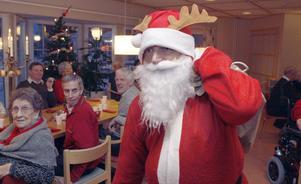 Tomten kom och pratade värmländska och delade ut julklappar till alla.