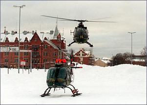 Helikoptrarna från Östgöta helikopterbataljon bildar små luftbroar över det insnöade Gästrikand och hämtar människor som blivit insnöade på öar och i ensligt belägna hus.