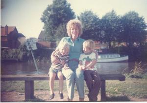 Graham Potter tillsammans med sin bror och mamma.
