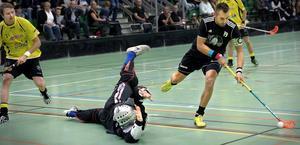 Alftas poängkung Tom Hansson var het i hemmapremiären – men Gluggens ypperlige målvakt Mattias Berg Larsson var en svår nöt.