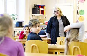 Karin Lepistö pratar om källkritik i klass 2B på Murgårdsskolan i Sandviken.