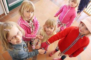 Felicia Eriksson, Linnea Mickelsson, Tildhe Eriksson, och Alma Norberg visar upp armband med texten